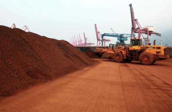 Погрузчик перемещает почву, содержащую редкоземельные минералы, для погрузки в порту Ляньюньгана провинции Цзянсу для экспорта в Японию, 5 сентября 2010 года. (STR / AFP через Getty Images)