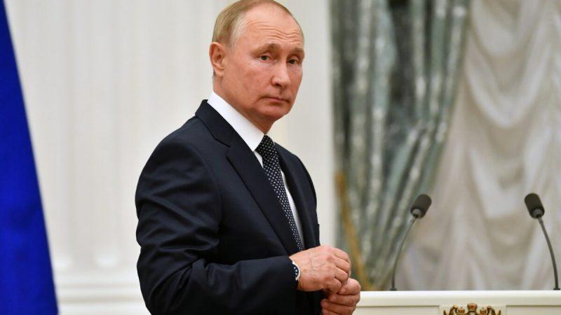 Владимир Путин наблюдает за встречей с участниками Олимпийских игр в Токио в 2020 году, в Москве, Россия, 11 сентября 2021 года.