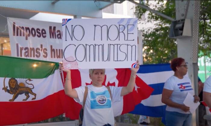 Иранское и кубинское сообщества проводят митинг у здания избирательного округа лидера либералов Джастина Трюдо в Монреале 11 сентября 2021 г. (NTD Television)   Epoch Times Россия