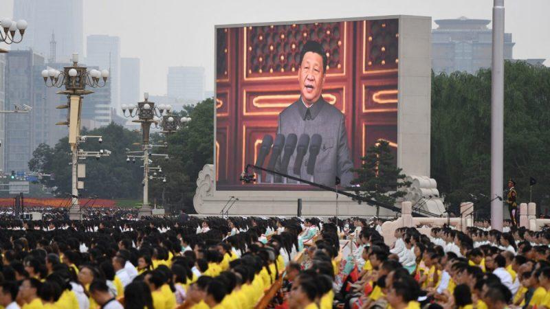 Китайский лидер Си Цзиньпин выступает с речью во время празднования 100-летия основания Коммунистической партии Китая на площади Тяньаньмэнь в Пекине 1 июля 2021 года. (Wang Zhao/AFP via Getty Images)    Epoch Times Россия