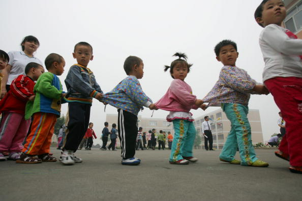 Дети гуляют вдетском саду, 21мая 2007 года, Цзыбо, провинция Шаньдун, Китай (China Photos/Getty Images)  | Epoch Times Россия