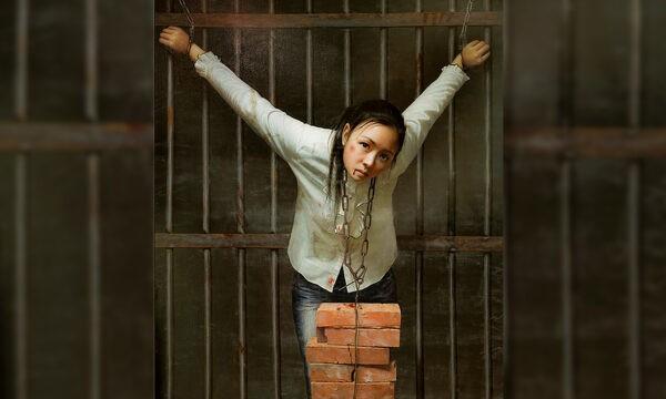 На картине изображён самый распространённый метод пытки «подвешивание кирпичей на шею», которым пытаются сломить волю заключённых последователей Фалуньгун и заставить их отказаться от своих убеждений. (FalunArt.org)