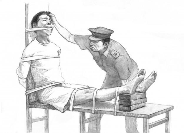 При пытке под названием «скамья тигра», изображённой на этом рисунке, поднятие ног со временем вызывает мучительную боль. Пытки регулярно применяются в трудовых лагерях Китая, а также в центрах промывания мозгов, куда отправляют узников совести, теперь, когда Китай официально упразднил трудовые лагеря. (Minghui.org)