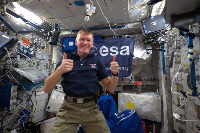 Tim Peake thumbs up 1200x800 1 e1630938702873 - Представитель НАСА опроверг заявление российских космонавтов о новых утечках на МКС