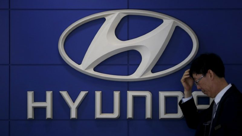 Продавец автомобилей стоит перед логотипом компании Hyundai Motor в дилерском центре в Сеуле, Южная Корея, 25 апреля 2016 года. (Kim Hong-Ji/File Photo/Reuters) | Epoch Times Россия