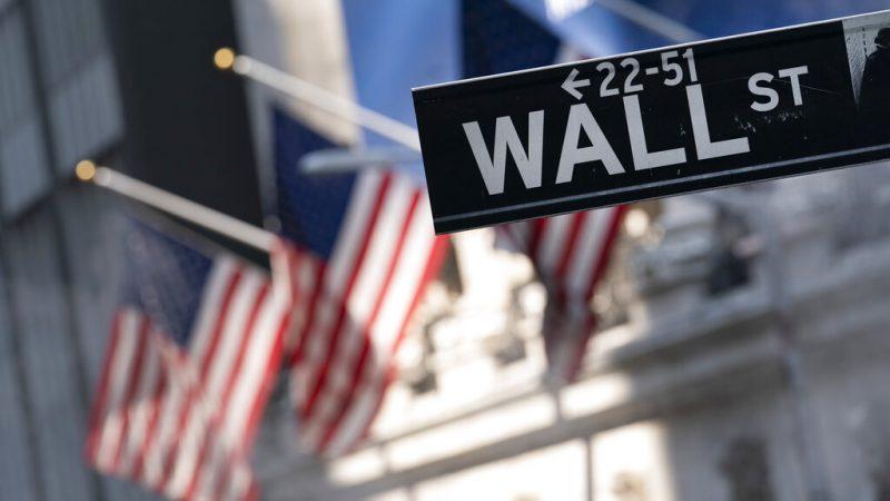 Вывеска Уолл-стрит перед зданием Нью-Йоркской фондовой биржи, 8 июля 2021 года. (Mark Lennihan/AP Photo)   Epoch Times Россия