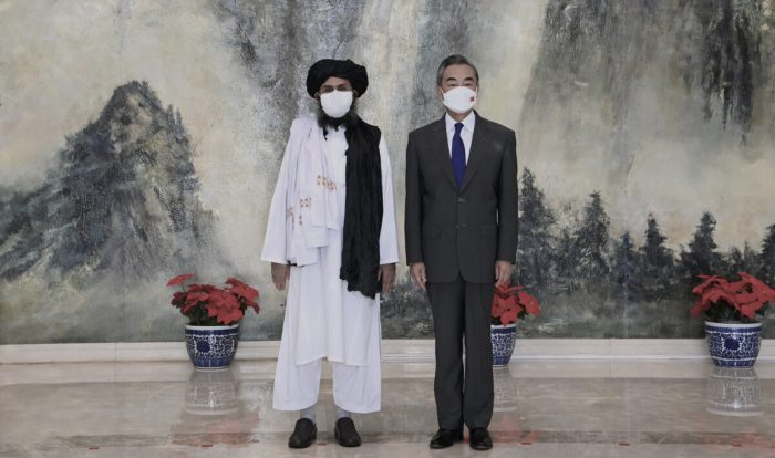 Wangyi and Taliban rep e1627633729847 1200x710 1 e1630676045386 - Китай является «нашим основным партнёром», заявил представитель «Талибана»