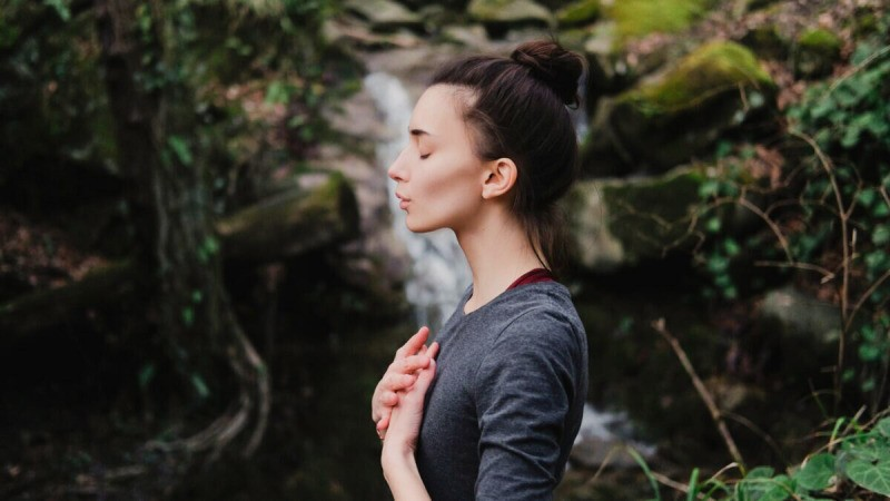 a woman doing breathing exercises 1200x675 1200x675 1 800x450 - Использование дыхания при переедании и пищевой зависимости