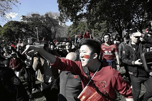 Китайские иностранные студенты ругают тех, кто поддерживает продемократические движения Гонконга намитинге сторонников компартии Китая вСиднее 17августа 2019г. (AnPinya/The Epoch Times)