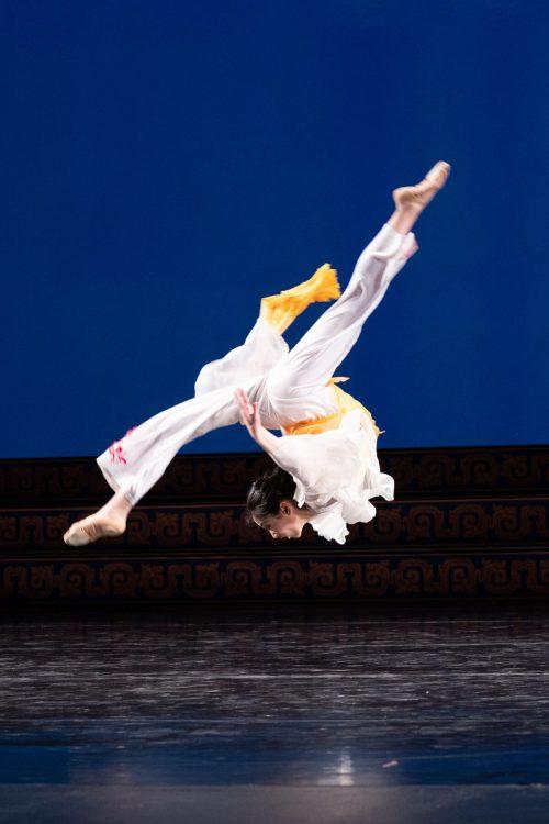 angela lin3 1200x1800 1 e1630941064944 - Что изображает в танце юная Анжела Линь?