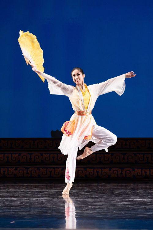 angela lin4 1200x1800 1 e1630940986815 - Что изображает в танце юная Анжела Линь?