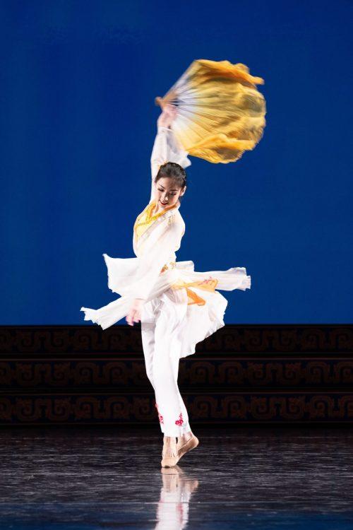 angela lin5 1200x1800 1 e1630940839842 - Что изображает в танце юная Анжела Линь?