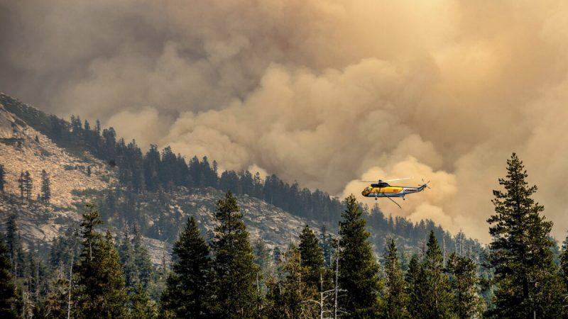 Вертолёт пролетает над озером Райтс во время тушения пожара «Калдор» в национальном лесу Эльдорадо, Калифорния, 1 сентября 2021 г. (AP Photo / Noah Berger)   | Epoch Times Россия