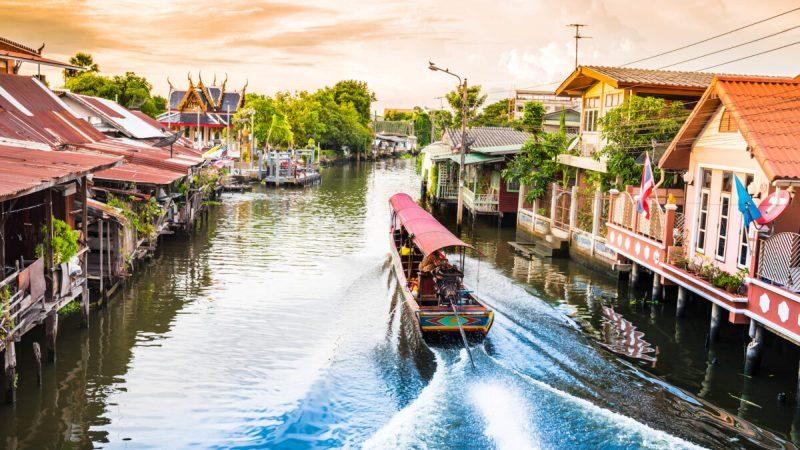 Лодка курсирует по каналам Бангкока.(сангхом сангкакам / Shutterstock)  | Epoch Times Россия