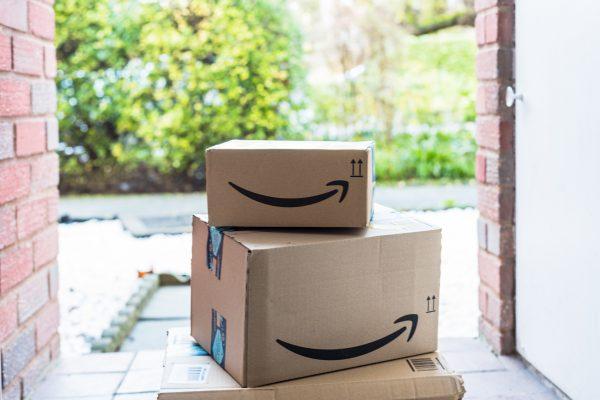 В интернет-магазинах, таких как Amazon, в картонные коробки упаковывают товары. (Gnansclicks via Dreamstime)