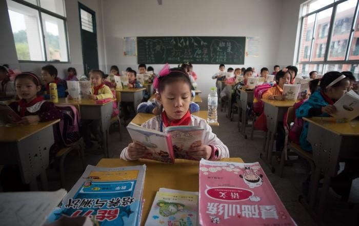Китайские школьники посещают занятия вначальной школе центра «Шинючжай Пуань» вуезде Пинцзян китайской провинции Хунань впервый день возвращения вшколу после национальных каникул, 8октября 2015 года. (Johannes Eisele/AFP/Getty Images)