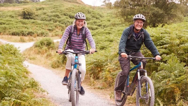 Прогулка или поездка на велосипеде - это физические упражнения с дополнительным бонусом в виде солнечного света, свежего воздуха и природы. (Monkey Business Images/Shutterstock) | Epoch Times Россия