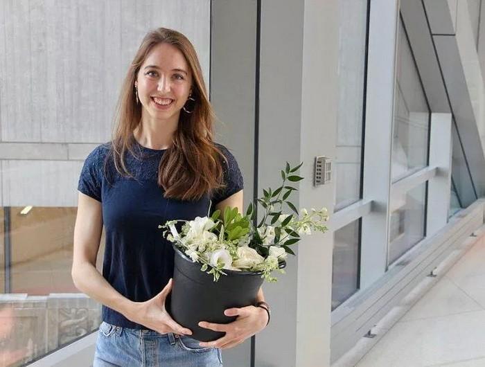 Врач собирает цветы со свадеб, чтобы поднять настроение пациентам