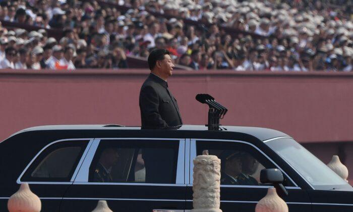 Лидер китайского режима Си Цзиньпин во время военного парада на площади Тяньаньмэнь в Пекине 1 октября 2019 года.(Greg Baker/AFP/Getty Images) | Epoch Times Россия