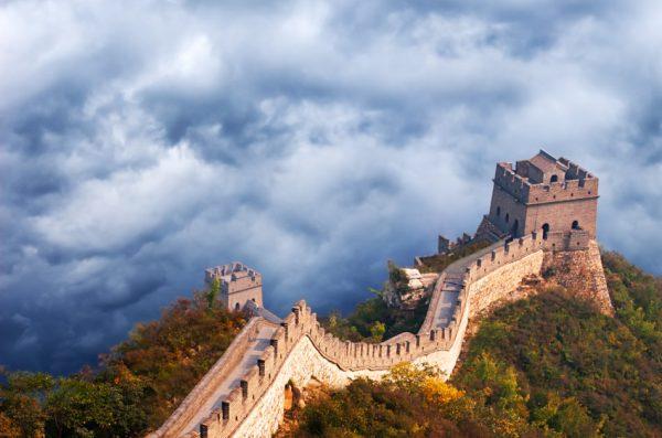 Великая Китайская стена с воздуха на фоне грозовых облаков. Идея «подъема Китая» в последние годы стала типичным нарративом для людей в Китае и за рубежом. (Изображение: Wisconsinart via Dreamstime)