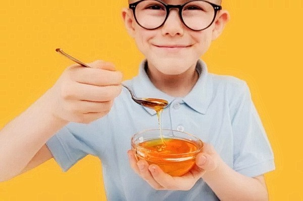 Приём ложки мёда перед сном может снять напряжение и улучшить ночной сон. (Изображение: Musuc Alexandr via Dreamstime)