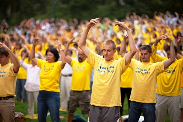 Последователи Фалуньгун проводят групповую практику в Центральном парке, Нью-Йорк, 27 августа 2011 года. (minghui.org) | Epoch Times Россия