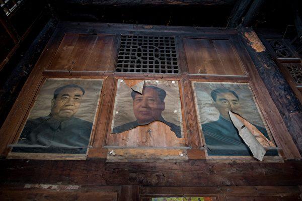 Плакат с изображением бывшего председателя Китая Мао Цзэдуна (в центре) в доме в деревне Луобочжай, уезд Вэньчуань, провинция Сычуань. Johannes Eisele/AFP via Getty Images
