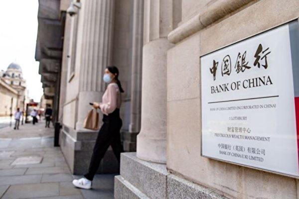 Согласно недавнему исследованию Народного банка Китая, в котором участвовали 140 тыс. взрослых респондентов, 56,4% за последние два года ничего не откладывали. Причём из них молодых было больше, чем людей среднего возраста. Это означает, что больше половины населения живут «от зарплаты до зарплаты». Отложить что-то смогли люди 40-60 лет. | Epoch Times Россия