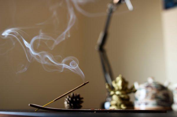 Сжигание благовоний вдоме окутывает его приятным запахом испособствует хорошему фэншуй. (Denis Oliveira via Unsplash)