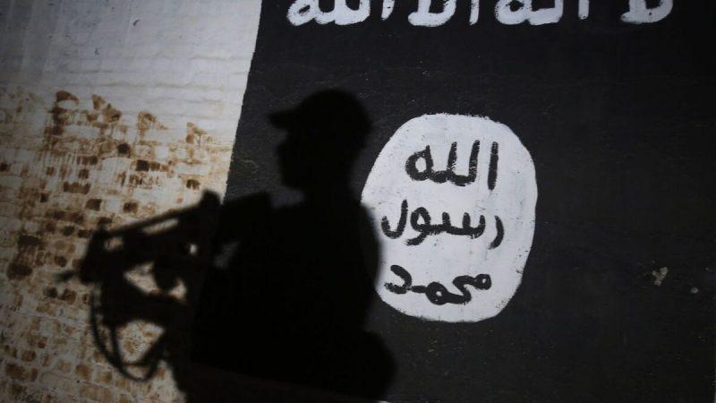 Настене изображен логотип террористической группировки ИГИЛ. (Ahmad Al-Rubaye/AFP via Getty Images)  | Epoch Times Россия