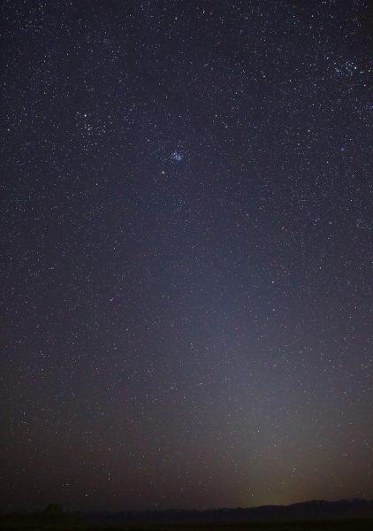 На этой фотографии показан зодиакальный свет, который появился 1 марта 2021 года в Долине Черепа, штат Юта. Звёздное скопление Плеяды видно в верхней части светового столба. Марс чуть ниже. (Image: via NASA / JPL-Caltech)