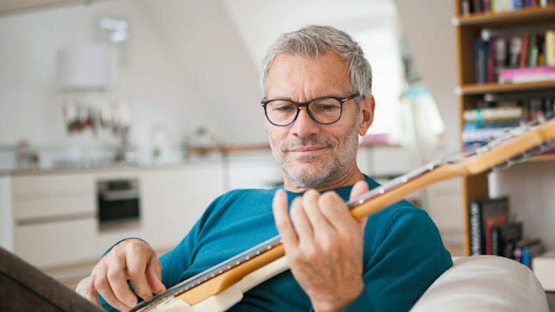 «Правило 10 000 часов» было разработано профессором Андерсом Эрикссоном. Идея заключается в том, что требуется 10 000 часов практики, чтобы достичь чего-то, будь то игра на гитаре или построение бизнеса. (WESTEND61/GETTYIMAGES)    Epoch Times Россия