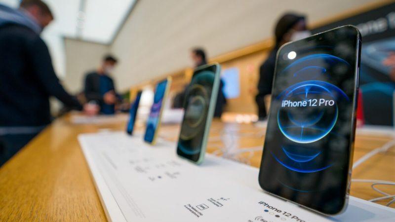 Новые iPhone 12 и iPhone 12 Pro на выставке в день презентации в Лондоне, Англия, 23 октября 2020 года. (Ming Yeung/Getty Images) | Epoch Times Россия