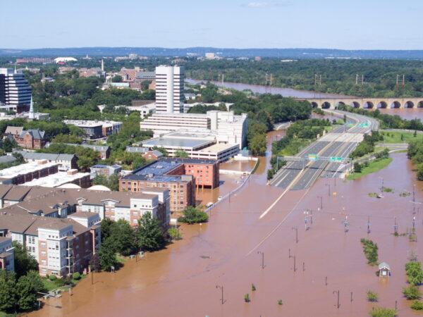 Затопленные части города после торнадо и проливных дождей, Нью-Брансуик, штат Нью-Джерси, 2 сентября 2021 г. (Drone Base / Reuters) | Epoch Times Россия