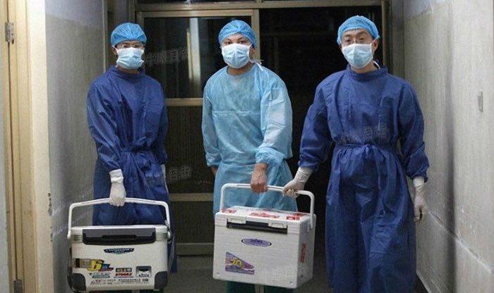 Врачи несут свежие органы для трансплантации в больнице провинции Хэнань, Китай, 16 августа 2012 г. (Screenshot via Sohu.com)    Epoch Times Россия