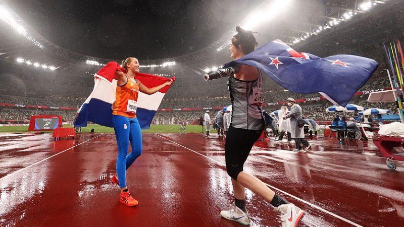 Серебряный призёр Ноэль Рорда (слева) из сборной Нидерландов празднует с золотым призёром Холли Робинсон из сборной Новой Зеландии после женского метания копья на Паралимпийских играх 2020 года в Токио на Олимпийском стадионе в Токио, Япония, 3 сентября 2021 года. (Дин Мухтаропулос / Getty Images) | Epoch Times Россия
