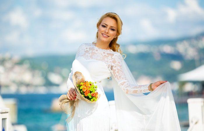 Каждая девушка всегда старалась выглядеть на праздниках, а тем более на своей свадьбе не только самой красивой, но и самой стильной и современной. И неудавшаяся причёска или безвкусный макияж может испортить весь образ и настроение. | Epoch Times Россия