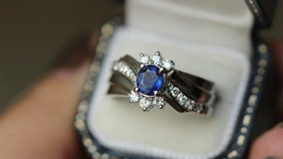 Парень целый месяц тайно делал снимки обручального кольца на фоне своей девушки. А она ни о чем не подозревала!