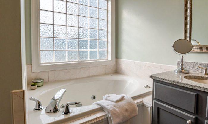 Три способа чистки ванны без нагрузки на спину и колени