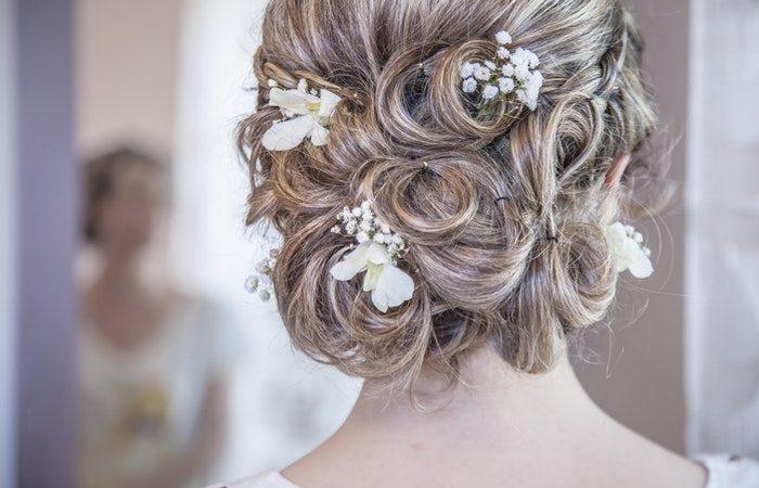 Каждая девушка всегда старалась выглядеть на праздниках, а тем более на своей свадьбе не только самой красивой, но и самой стильной и современной. И неудавшаяся причёска или безвкусный макияж может испортить весь образ и настроение.   Epoch Times Россия