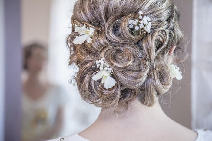 Каждая девушка всегда старалась выглядеть на праздниках, а тем более на своей свадьбе не только самой красивой, но и самой стильной и современной. И неудавшаяся причёска или безвкусный макияж может испортить весь образ и настроение.