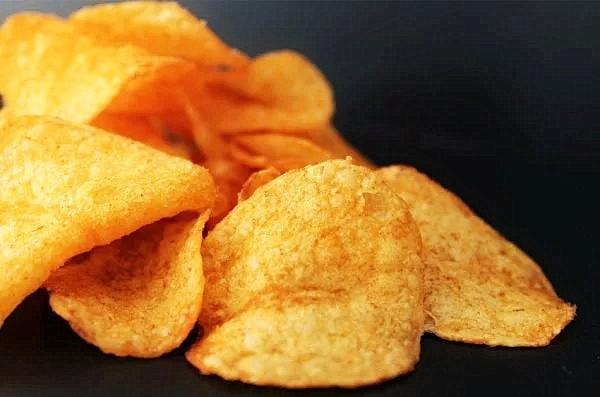 Многие люди привыкли перекусывать чипсами, попкорном, орехами, сыром или фруктами, даже когда они не особенно голодны. (Изображение: avantrend с сайта Pixabay)