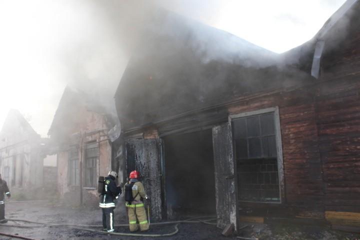 В Санкт-Петербурге пожар в промзоне охватил 2 тыс. кв. м
