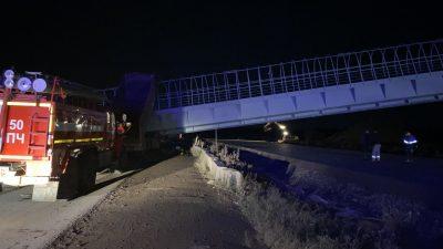Бетонная конструкция рухнула на междугородней трассе, два водителя погибли