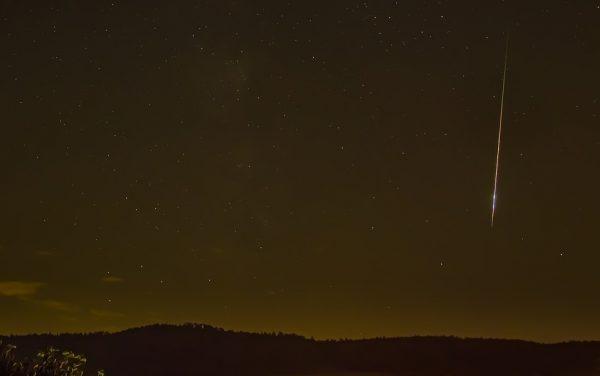 Невооружённые глаза видят самое толстое облако вблизи Солнца и тонкое у края Солнечной системы гладкими, но инфракрасные волны показывают яркие полосы и ленты, которые можно проследить до их источников: комет и астероидов. ( adege via Pixabay)