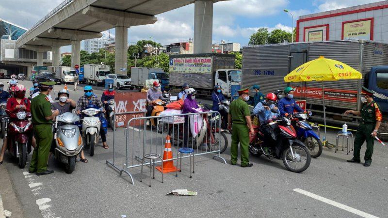 6 сентября 2021 на контрольно-пропускном пункте полицейские Вьетнама проверяют у пассажиров документы с разрешением на проезд в первый день продления режима изоляции в Ханое, Вьетнам. (Stringer/Reuters) | Epoch Times Россия