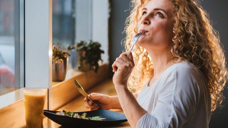 Женщина пробует новую еду в ресторане. Фото: shutterstock.com   Epoch Times Россия