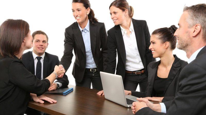 Люди пожимают друг другу руки во время рабочей встречи. (Pixabay)   Epoch Times Россия