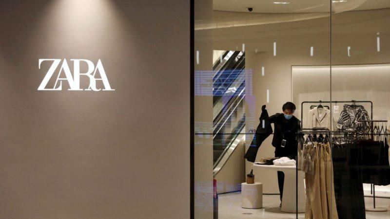Сотрудник сортирует одежду в магазине Zara компании Inditex в недавно открытом торговом центре в Пекине, Китай, 16 апреля 2021 года. (Tingshu Wang/Reuters)   Epoch Times Россия