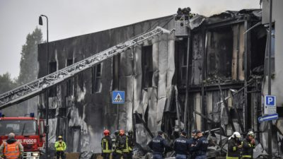 Самолёт врезался в здание недалеко от Милана. Восемь человек погибли